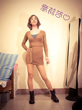 Tranny streetwalker enjoys to pose very much
